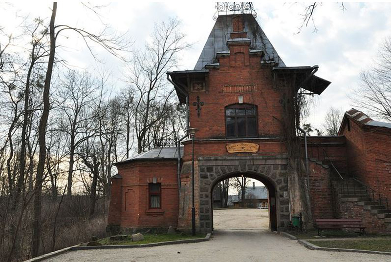 Brama pałacowa w białowieży